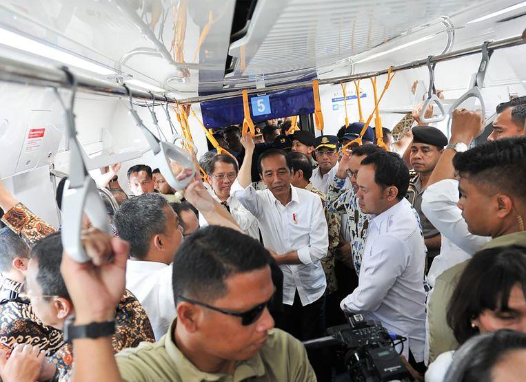 De Indonesische president Joko Widodo, hier in de recentelijk in gebruik genomen MRT-trein in Jakarta, kan zijn overwinning niet claimen zonder een openlijke ruzie met zijn tegenstander te riskeren. Beeld AFP