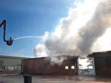 Grote brand verwoest loods in Loo, asbest vrijgekomen