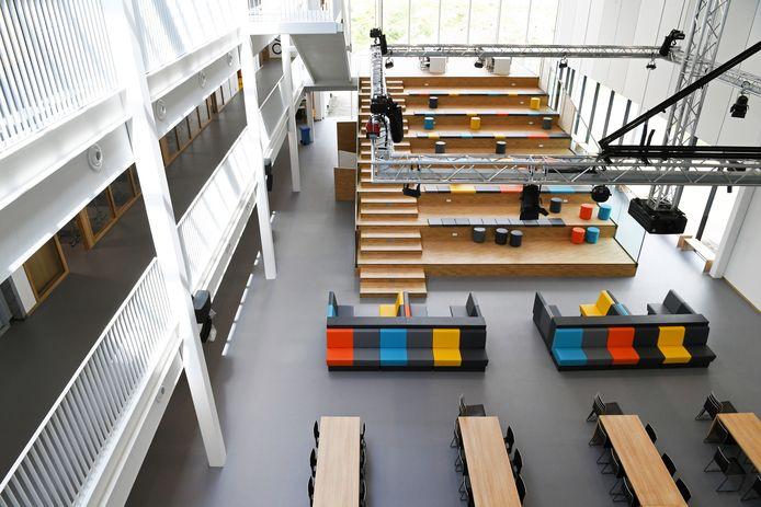 De grote aula heeft zijn kleurtjes, zijn banken en licht.