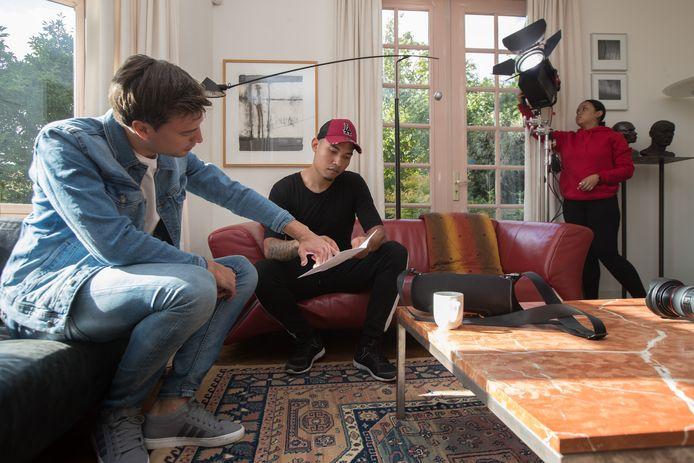 Acteur Dennis van Oyen (l) neemt met regisseur Angelo White van  videoproductiebedrijf Machine Eleven het script van de videoclip door. Beiden zitten in de voormalige zondagse suite van Villa Aberson.