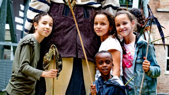 Kinderen steunen reuzenkind Amal met papieren vogels
