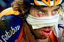Laurens ten Dam komt in 2011 als Rabobank-renner Laurens ten Dam gehavend binnen in de veertiende etappe van de Tour de France van Saint Gaudens naar Plateau de Beille.