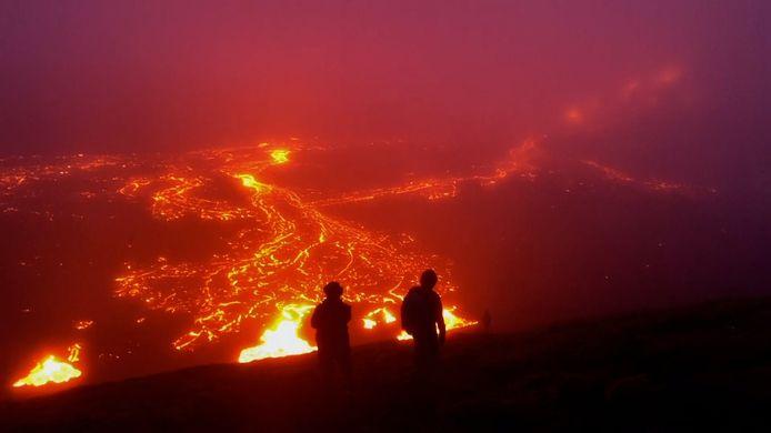 De uitbarsting van een vulkaan op IJsland.