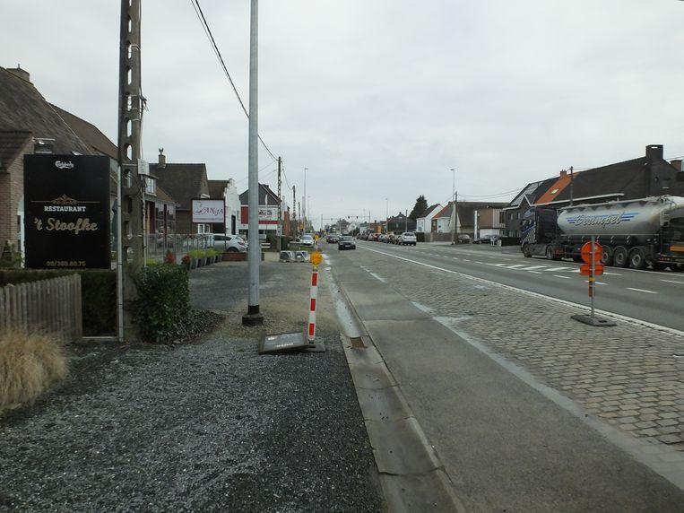 De fietspaden langs de N43 in Astene worden vernieuwd.