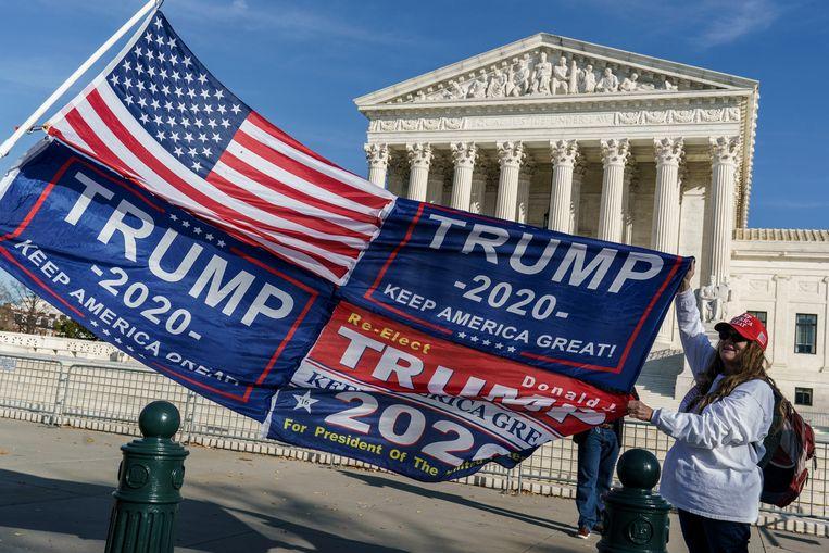 Trump-aanhangers bij de Supreme Court in Washington. Beeld AP