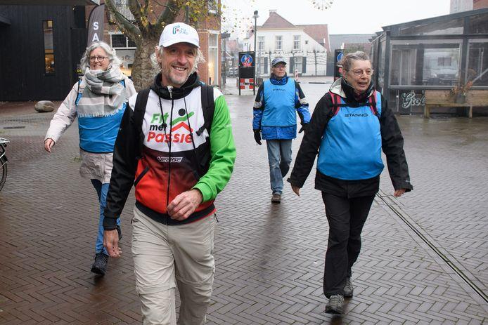 Elke donderdagochtend (nu even niet vanwege de strengere coronarichtlijnen) vertrekt Henk Passies (voorgrond) met wandelaars vanaf het Kulturhus in Borne. De belangstelling  voor wandelen en hardlopen groeit, dus breidt hij zijn activiteiten uit.