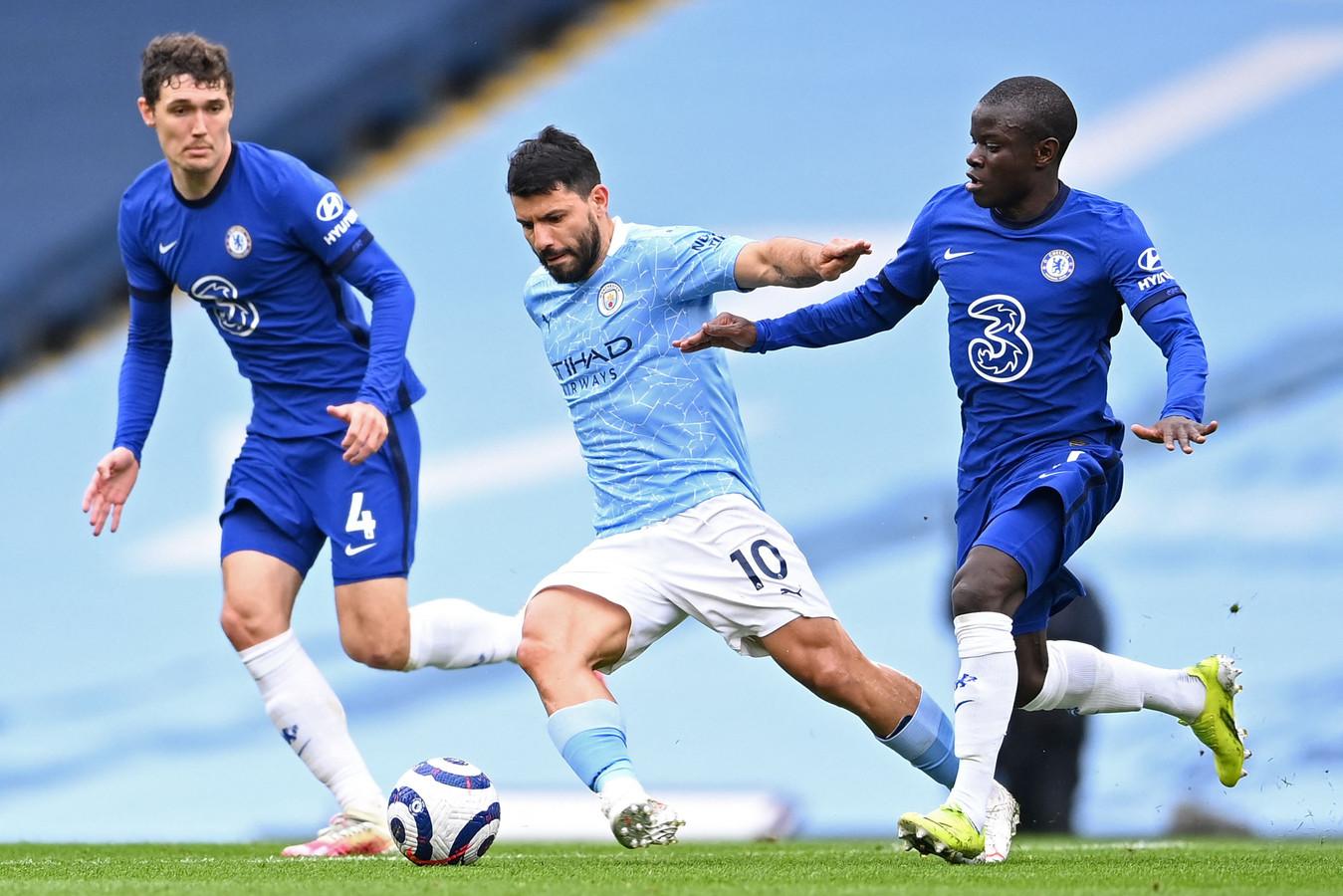Manchester City-aanvaller Sergio Agüero in duel met Andreas Christensen (links) N'Golo Kanté van Chelsea.