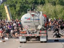 Bijna 40 steden VS stellen avondklok in; tankwagen rijdt in op menigte