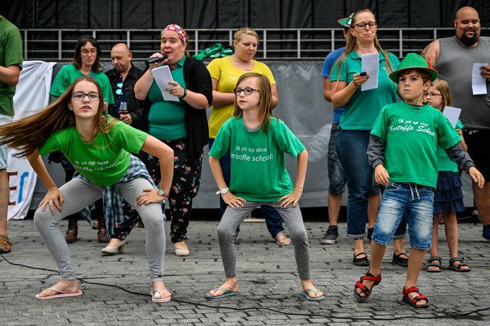 Dansend en zingend voerden ouders en kinderen van De Appelbloesem een laatste protest op de Grote Markt.