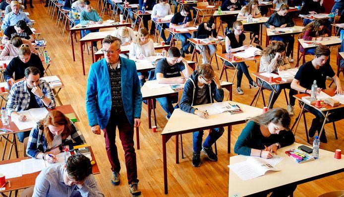 Leerlingen doen eindexamen.