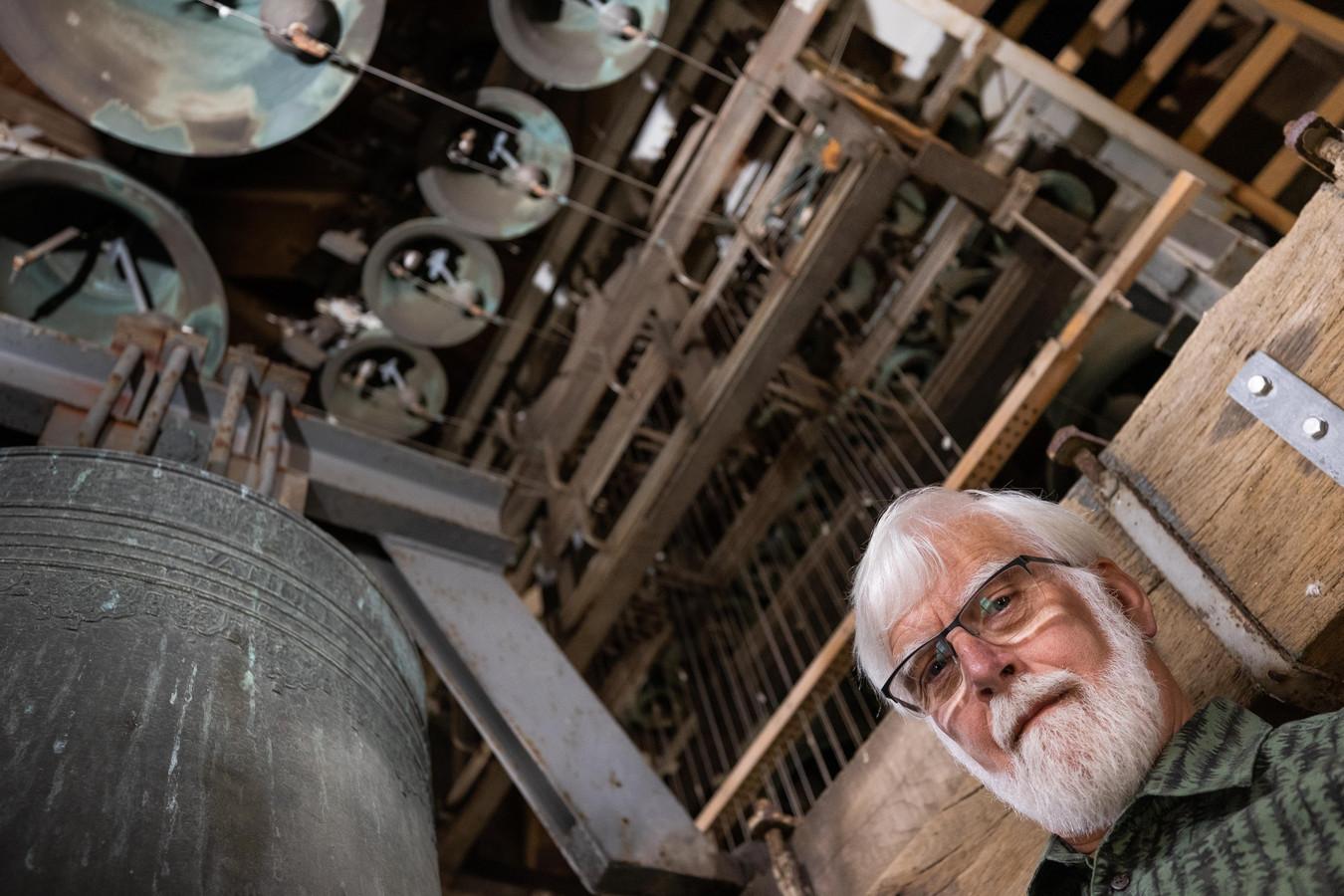 Jan Buil bij de oudste klok 1741 die onderdeel is van het carillon van de Servatiuskerk in Schijndel.