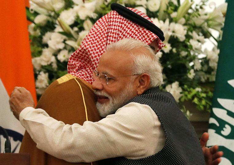 De Indiase premier Narendra Modi verwelkomde kroonprins Mohammed bin Salman van Saudi-Arabië innig bij hun ontmoeting in New Delhi. Beeld REUTERS