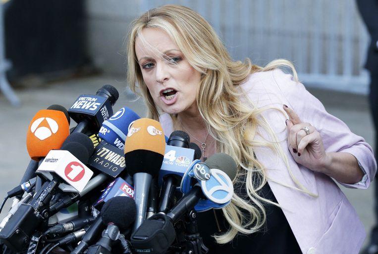 Ook pornoactrice Stormy Daniels was gisteren zelf aanwezig in de rechtszaal.