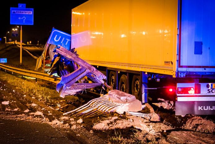 Vrachtwagen rijdt de vangrails in op A50 bij Eindhoven