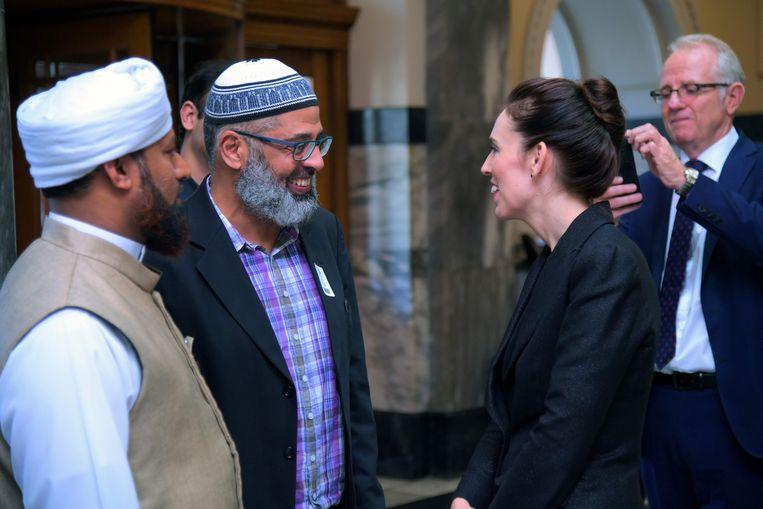 De Nieuw-Zeelandse premier Jacinda Ardern ontmoet moslimleiders in Wellington na te hebben gesproken in het parlement. Beeld AFP