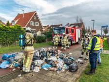 Vuilnismannen dumpen brandend afval op straat nadat vuilniswagen in de fik blijkt te staan