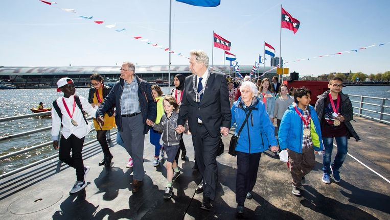 Burgemeester Eberhard van der Laan ging met enkele Amsterdammers als eerst over de pontonbrug die speciaal voor 5 mei over het IJ gelegd was Beeld Michel Landeweerd