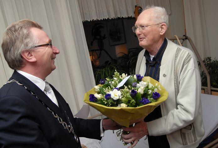 Kees Quint (rechts) op archiefbeeld in 2008, bij de uitreiking van 'Het Wageningse Erezilver'