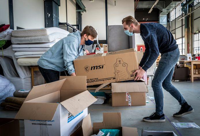 Brian Schellekens (rechts) en Lex Beusink zetten spullen op de goede plaats.