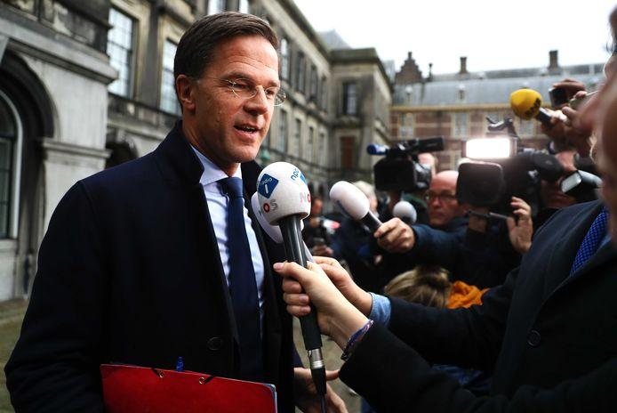 Rutte staat de pers te woord op het Binnenhof.