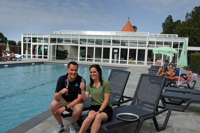 Jan-Kees van der Graaf en zijn partner (en aanstaande vrouw) Nathalie Jansen van Galen bij het spiksplinternieuwe buitenbad. Op de achtergrond het binnenzwembad, dat in 1988 werd geopend en in 2000 volledig gerenoveerd. Met hun kinderen Kaj (3) en Soof (1) is de vierde generatie misschien op komst.