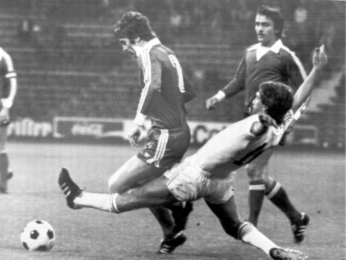 Rob Rensenbrink zet een tackle in namens Anderlecht in de finale van de Europese Supercup tegen Bayern München, augustus 1976.