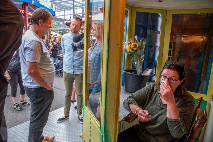 Wobbe Nieborg staat de media te woord (links) en een ontroerde Jellie Bakker in 2019 op de Tilburgse kermis. De muizenstad moest sluiten na ophef op Twitter over het filmpje van dierenrechtenactiviste Karen Soeters.