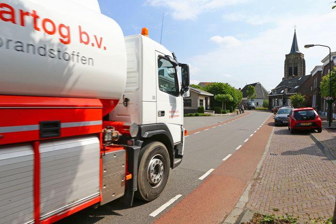 Vrachtwagens door de Voorstraat in Groot-Ammers.