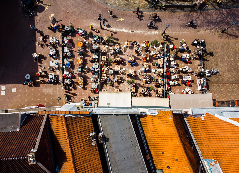De Markt in Gouda op de dag dat de terrassen 's middags weer open mochten, 28 april 2021. Beeld Freek van den Bergh / de Volkskrant