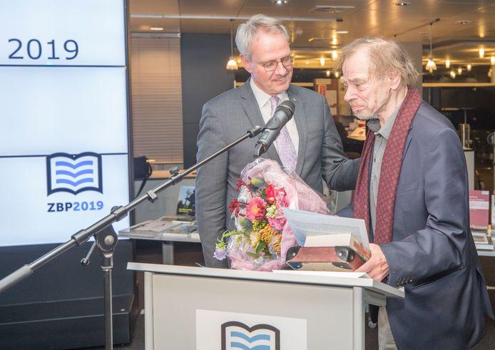 Schrijver Wessel te Gussinklo krijgt uit handen van Han Polman de Zeeuwse Boekenprijs 2019.