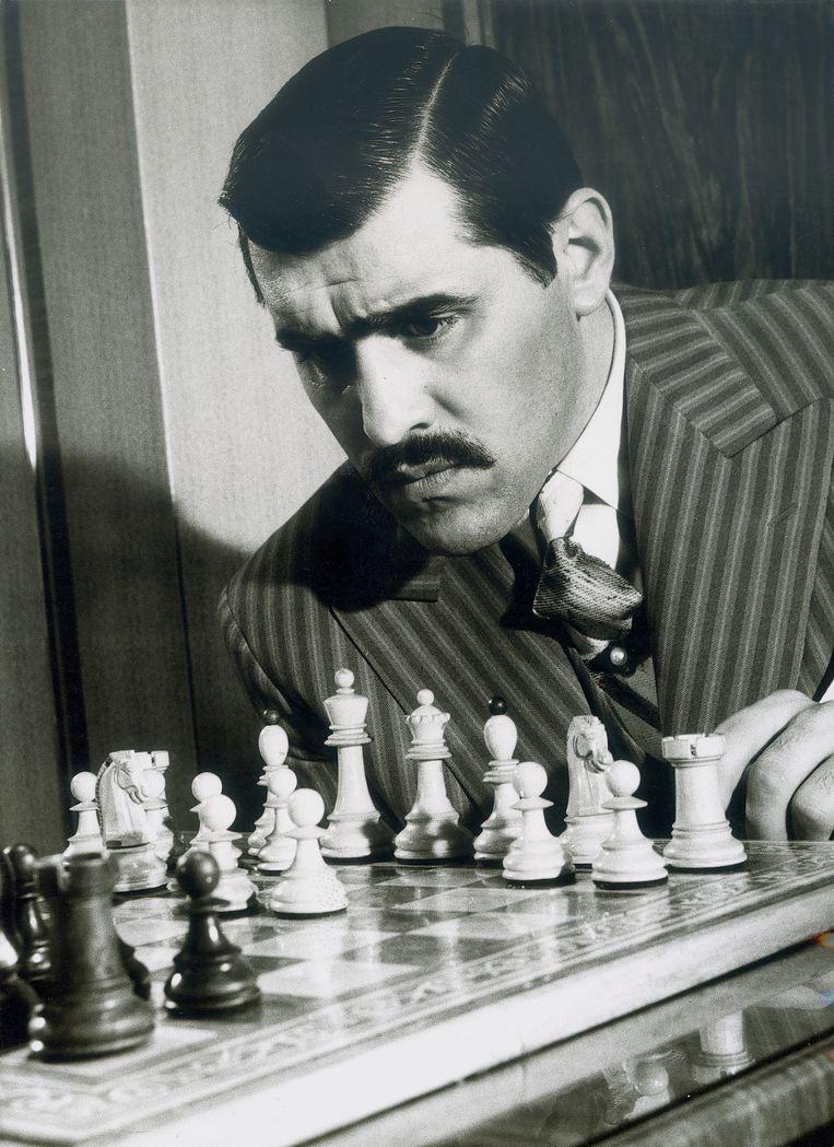 Mario Adorf in de film naar het boek Schaaknovelle van Stefan Zweig. Beeld Getty
