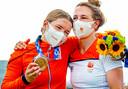 Laura Smulders knuffelt haar zus Merel die niet kan geloven dat zij de bronzen medaille heeft gewonnen.