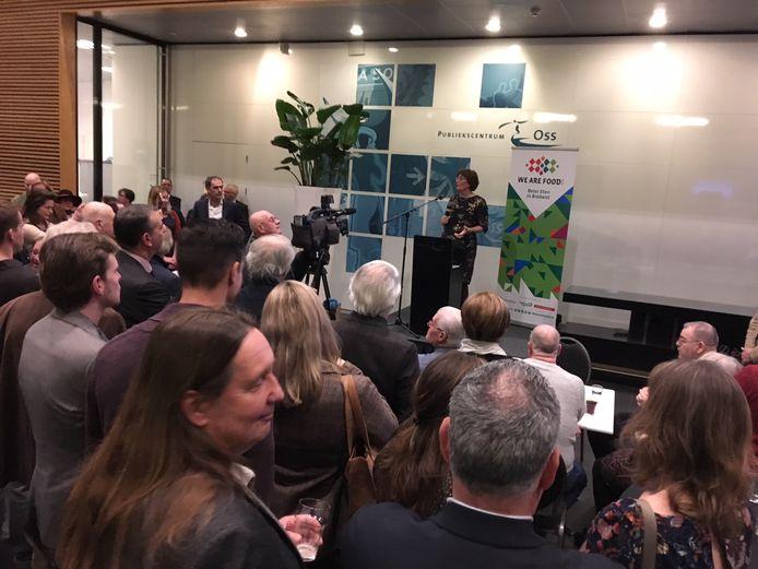 Burgemeester Wobine Buijs geeft haar nieuwjaarstoespraak in een volgepakte hal van het gemeentehuis in Oss.