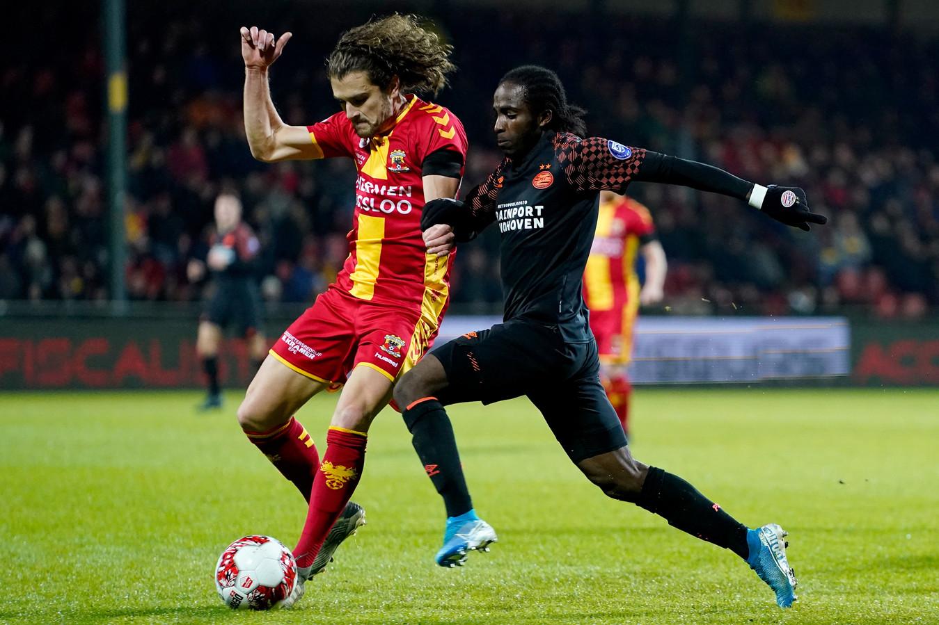 Mael Corboz namens Go Ahead Eagles in duel met Sekou Sidibe van Jong PSV.