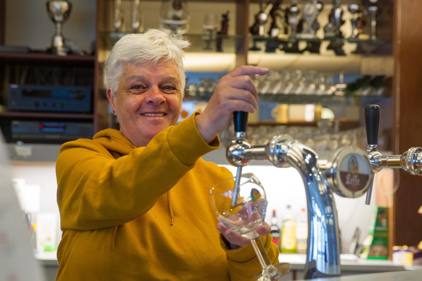 Charlotte van Beek neemt na zo'n 20 jaar afscheid als beheerder van 't Tweespan in Veldhoven, maar blijft als vrijwilliger bardiensten draaien.