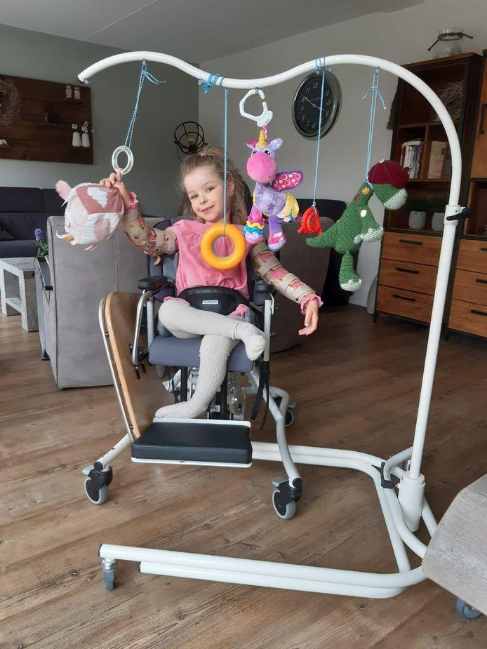 Een bijzondere verrassing voor Sophie (6) uit Nieuw-Beijerland. Het lichamelijk gehandicapte meisje heeft namelijk een eigen speelboog gekregen, die haar helpt met bewegen en haar spierspanning vergroot.