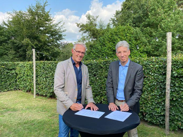 Paul Meessen (rechts), de directeur-bestuurder van SKOSO en Berry Tomas, voorzitter Raad van Bestuur van Skipov. Ze ondertekenen de fusiepapieren.