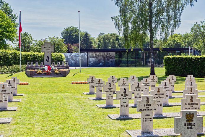 Op de achtergrond het Maczek Memorial aan de Ettensebaan in Breda met daarvoor het Poolse militaire ereveld.