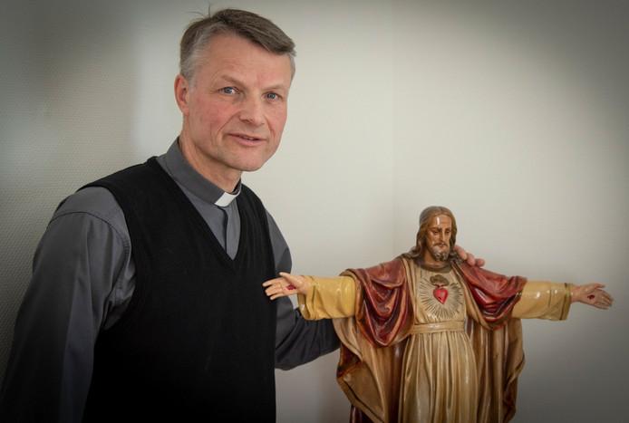 Pastoor Rudo Franken (49) bij het Heilig Hartbeeld in zijn kamer. Voordat hij in zijn huidige parochie benoemd werd, was hij kapelaan of pastoor in Weert, Roggel en Neer, Veldhoven, Mook en Middelaar en Groesbeek.