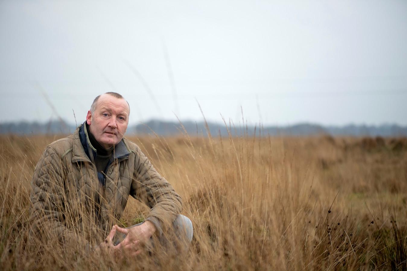 Projectleider Niels Bronsgeest van Landschap Overijssel in het Wierdense Veld, dat veel natter moet worden om het hoogveen te kunnen behouden.