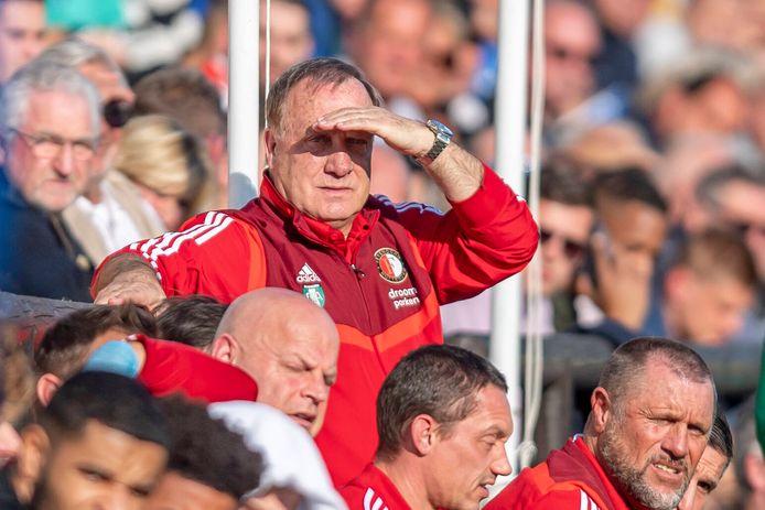 Dick Advocaat kijkt toe tijdens Feyenoord - Hoffenheim op het trainingskamp in Marbella.