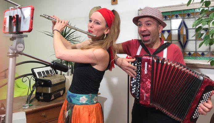 Kateleine van der Maas en Bruno Gullo nemen een Video Serenata op vanuit hun tijdelijke woning in Esbeek.