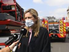 """La ministre Verlinden à la rencontre des pompiers et des sinistrés: """"Il n'y avait qu'un seul lit en soins intensifs disponible à Bruxelles"""""""