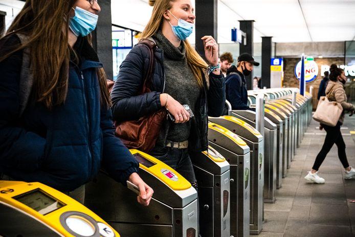 Treinpassagiers op station Eindhoven.