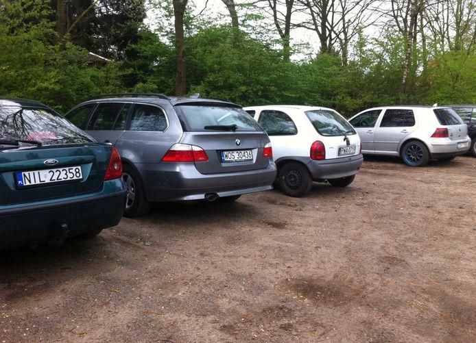 Poolse auto's bij een bungalowpark in Putten. Foto ter illustratie.