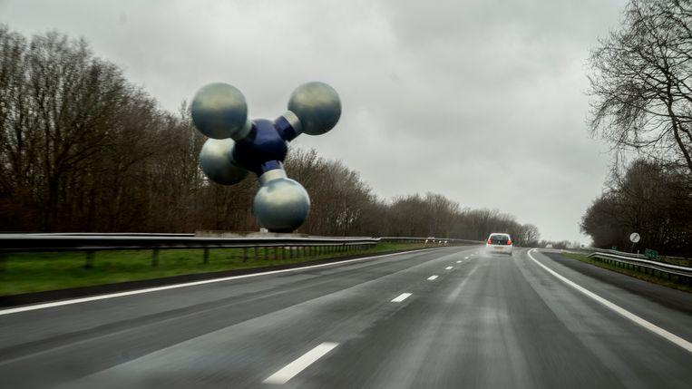 De Gasmolecule van beeldhouwer Marc Ruygrok aan de A7 bij Kolham. Het werk staat vlak bij de vindplaats van het Groningenveld bij Slochteren.  Beeld Reyer Boxem