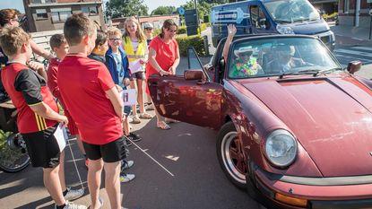 Juf Martine krijgt eresaluut in Porsche