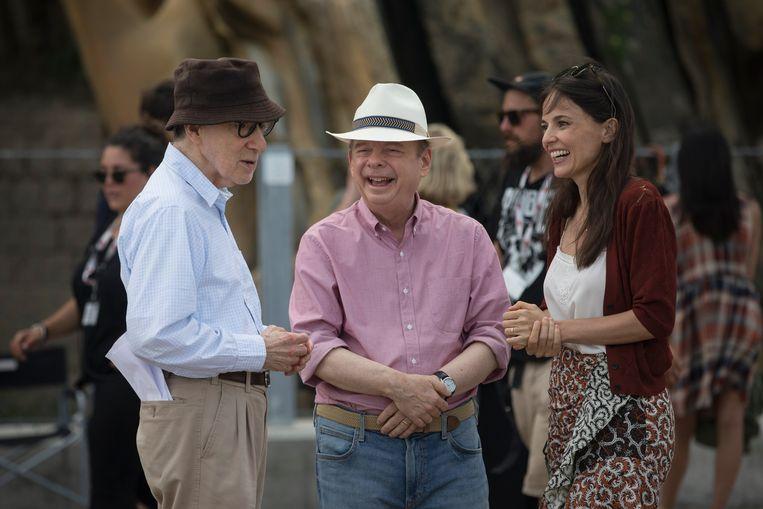 Woody Allen op de set van 'Rifkin's Festival', samen met Wallace Shawn en Elena Anaya.  Beeld Tripictures