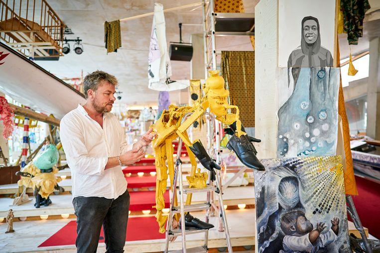 David Bade  is initiatiefnemer van All You Can Art in Rotterdam, waarvoor kunstenaars de stad en de wijken intrekken om burgers uit te nodigen om zelf kunst te maken. Beeld Phil Nijhuis