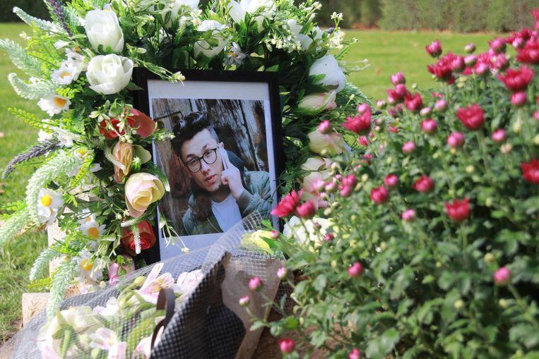 Nessars graf werd versierd met bloemen.